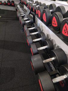 La salle poids libre doit contenir plusieurs poids d'haltères