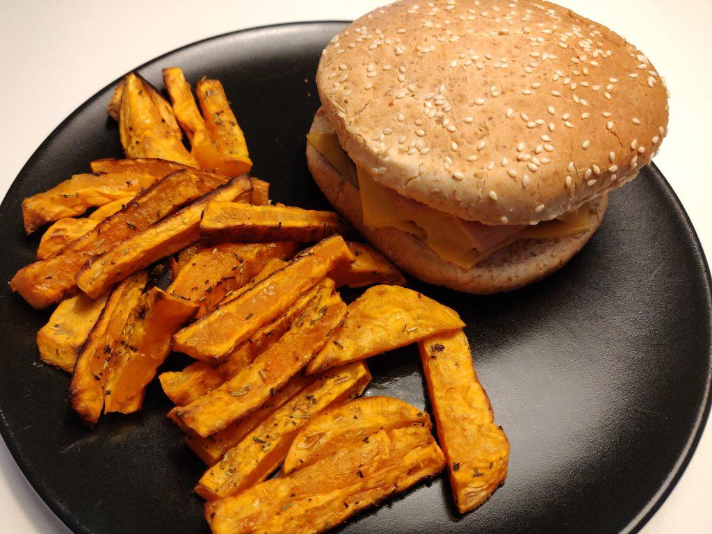 Burger maison et frites de patates douces