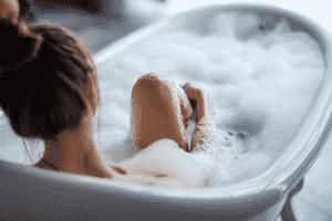 Prendre un bain ou une douche chaude pour se relaxer
